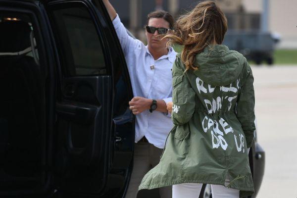 074ab839 SPLITTET BUDSKAP?: USAs førstedame Melania Trump gikk om bord på et fly på  vei