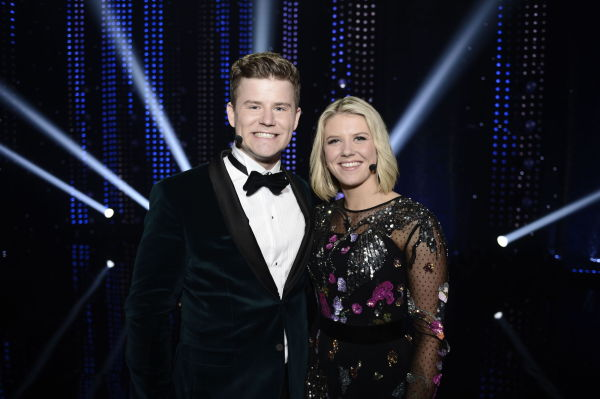 9c6a37dc PROGRAMLEDER-DUO: Nicolay Ramm og Tiril Sjåstad Christiansen ledet  lørdagens show. Ramm ikledd