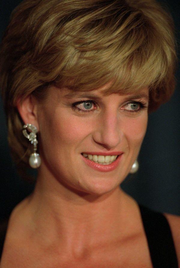 bd8cf1a8 EKSKLUSIV ØREPYNT: Her er prinsesse Diana i 1995. Hun brukte ofte  øredobbene hertuginne Kate