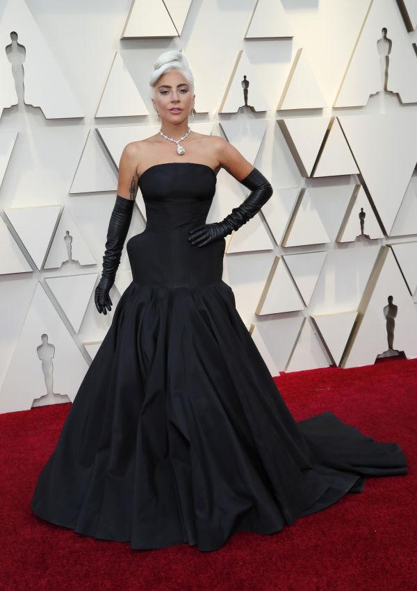 e72ef73e8b66 ELEGANT  Lady Gaga gikk for en sort kjole fra Alexander McQueen. Foto   Reuters