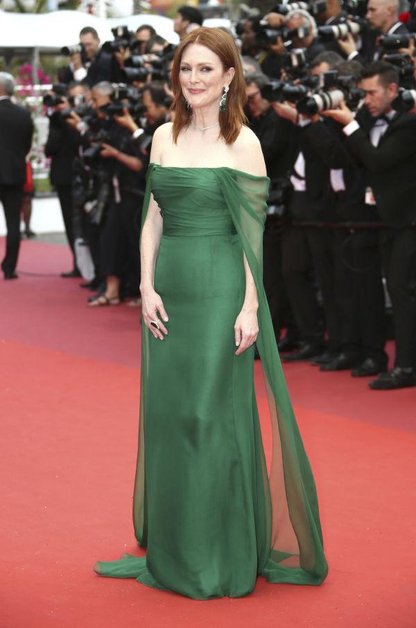8ba709bb KLASSISK: Julianne Moore i en grønn kjole med off shoulder-effekt fra Dior.
