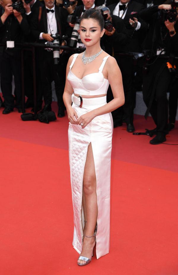 ff0e8750 FÅR SKRYT: Selena Gomez får ros for antrekket fra Louis Vuitton, og blir  sammenlignet