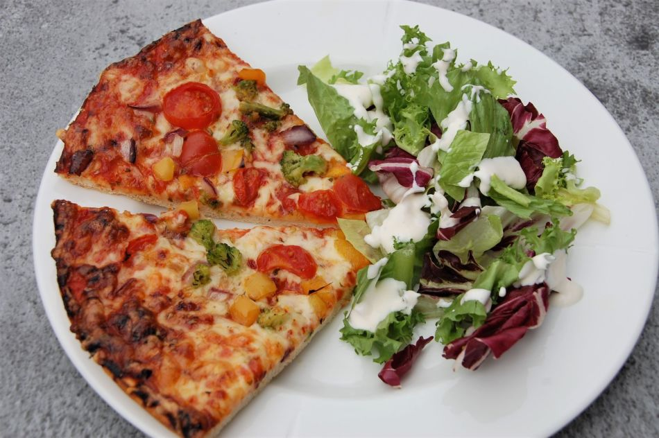 Mandagspizza servert
